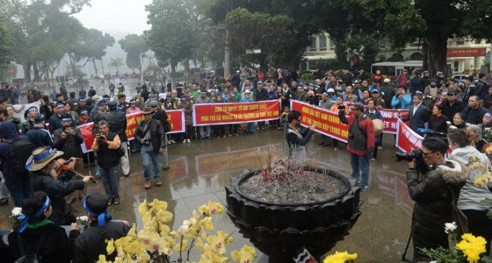 Activists stage a rally marking the 42nd anniversary of the 1974 naval battle between China and then-South Vietnamese troops over the Paracel Islands, in front of the statue of Vietnamese King Ly Cong Uan in Hanoi on January 19, 2017. Both Vietnam and China claim full sovereignty over the Paracel Islands in South China Sea, which Beijing have controlled since 1974 after seizing them from the then-South Vietnam regime in a brief battle. / AFP PHOTO / HOANG DINH NAM